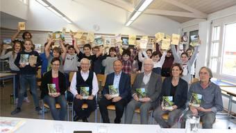 Die Mitwirkenden (sitzend) und Gemeindeammann Arpad Major (3. v. l.) sind stolz auf den 40. Jahrgang des Kaister Rückspiegels.Dennis Kalt