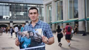 Anas Modamani zeigt auf dem Alexanderplatz in Berlin das Selfie, das er mit Angela Merkel geschossen hat. Das Bild hat sein Leben verändert. Wie, sagt viel über die europäische Flüchtlingspolitik aus.