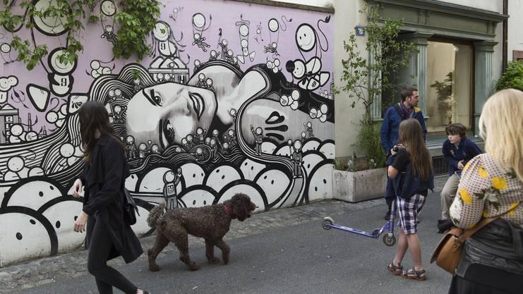 Wer klatscht denn schon Tamara Wernli an die Wand? Streetart von The London Police