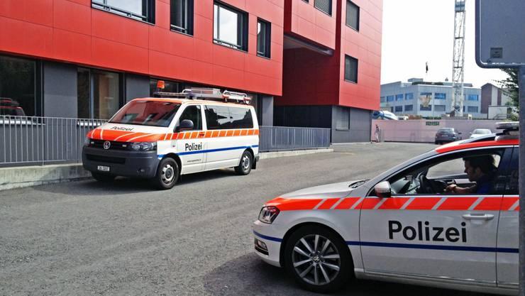 Die Polizei durchsucht die Schule in Baar
