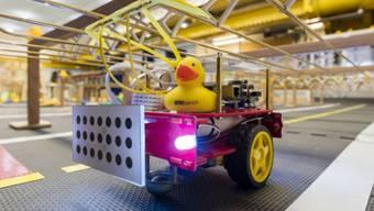 """Mini-Taxi mit gelber Gummifracht: In der von Badeenten bevölkerten Modellstadt """"Duckietown"""" geht es darum, künstliche Intelligenz für autonome Fahrzeuge zu testen."""