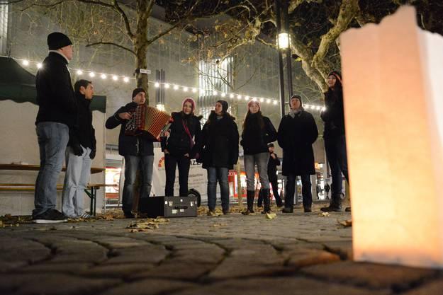 Eine Gruppe singt im Graben