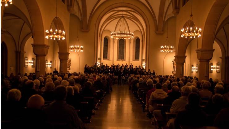 Der Singkreis belebt die alten Kirchengemäuer mit engelhaften Klängen.
