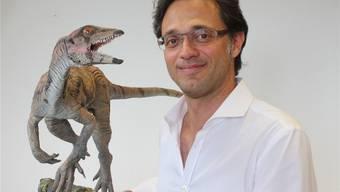 Marcelo Sanchez mit einem Modell des Laquintasaura venezuelae.