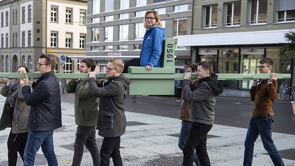 Mit einer Aktion auf dem Berner Waisenhausplatz machen die Jungfreisinnigen auf ihre Renteninitiative aufmerksam. Diese will das Rentenalter mit der Lebenserwartung verknüpfen.