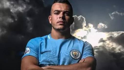 Lorenzo Gonzalez in den Farben von Manchester City.
