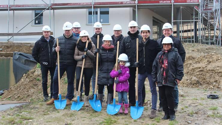 Vertreter der Baufirmen und der künftigen Eigentümer trafen sich gestern zum lang ersehnten Spatenstich.