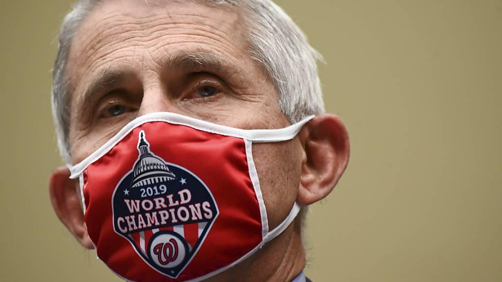 Anthony Fauci, Direktor des US-National Institute of Allergy and Infectious Diseases (NIAID), trägt bei seiner Ankunft zu einer Anhörung im Corona-Ausschuss des Repräsentantenhauses einen Mundschutz mit dem Logo der Washington Nationals.