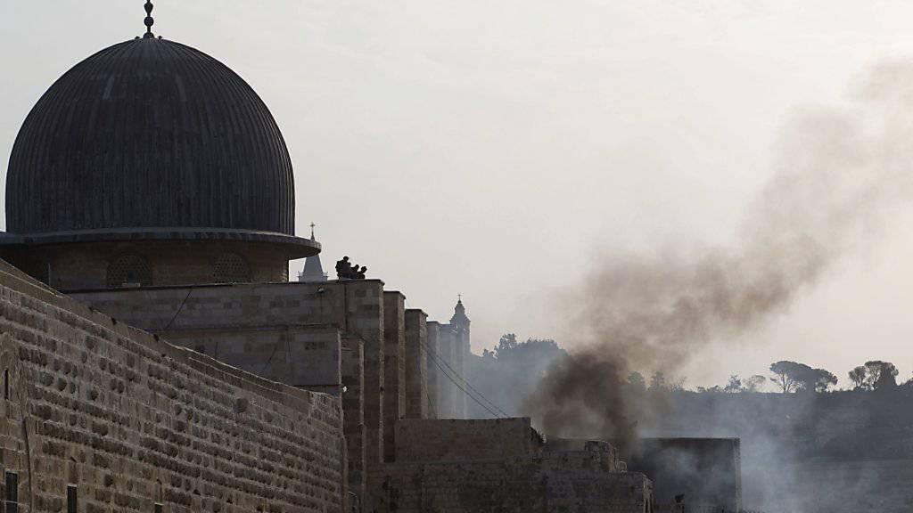 Rund um die Al-Aksa-Moschee in Jerusalem ist es zu Ausschreitungen zwischen israelischen Sicherheitsbehörden und Palästinensern gekommen.