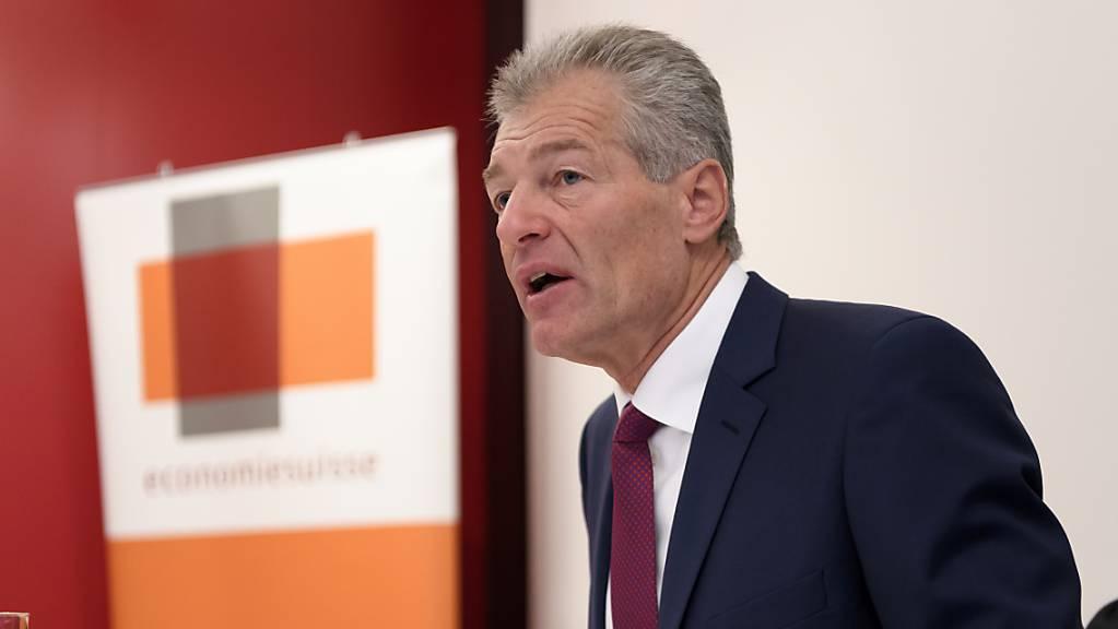 Heinz Karrer, Präsident des Wirtschaftsdachverbandes Economiesuisse, befürchtet, dass auf die Schweiz eine Konkurswelle ungeahnten Ausmasses und eine hohe Arbeitslosigkeit zukommt. (Archivbild)