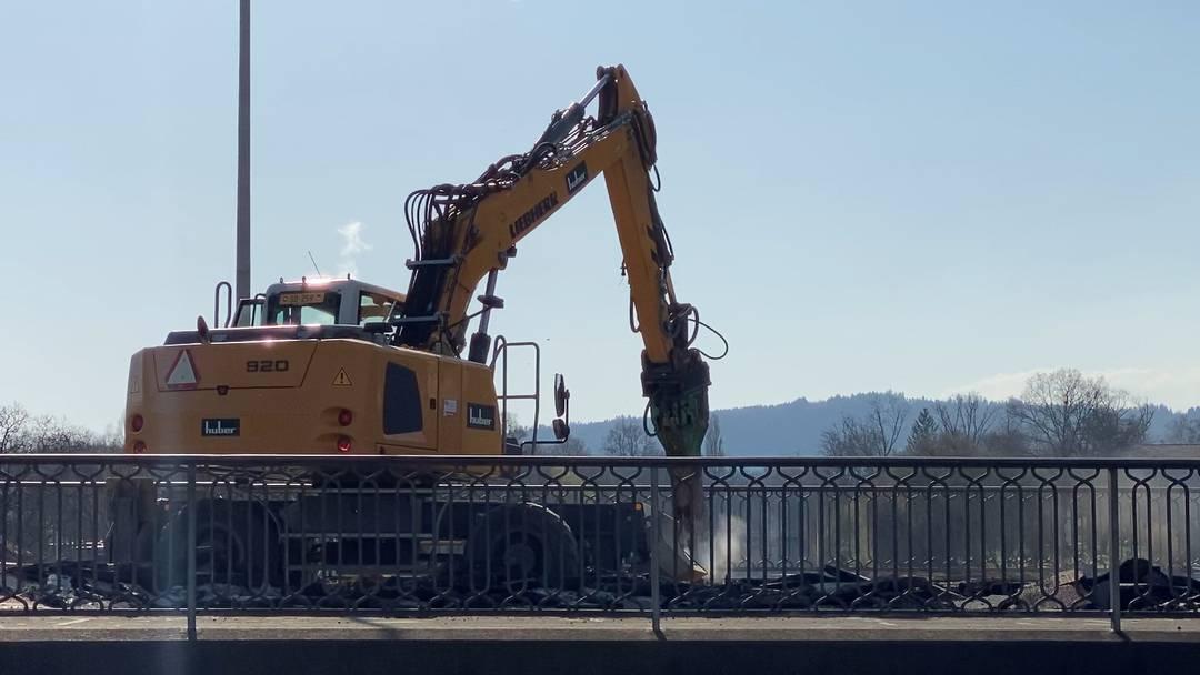 So frisst der Abriss-Bagger Stück für Stück der Kettenbrücke