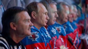 Verstehen sich gut: René Fasel (l.) und Wladimir Putin – hier anlässlich eines Eishockey-Freundschaftsspiels in Sotschi am 5. Oktober 2015.keystone