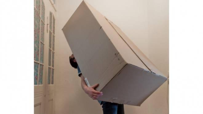 Möbel werden von der Post geliefert – und auch montiert. Foto: Photocase