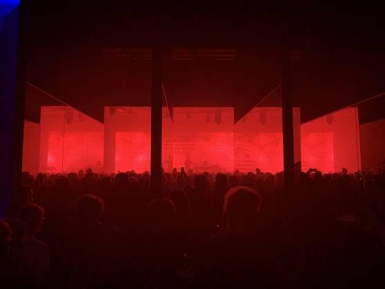 Die elektronischen Klänge fuhren ebenso ein wie die stimmigen Visuals und die bauliche Konzertinstallation.