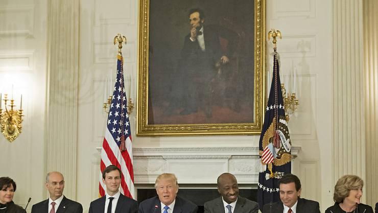 US-Präsident Trump mit mehreren US-Konzernchefs bei einem Treffen im Februar. Nach seinen umstrittenen Äusserungen zu Charlotteville kam es zu Rücktritten von Konzernchefs aus dem Industrie-Beirat. Trump löste ihn dann auf.