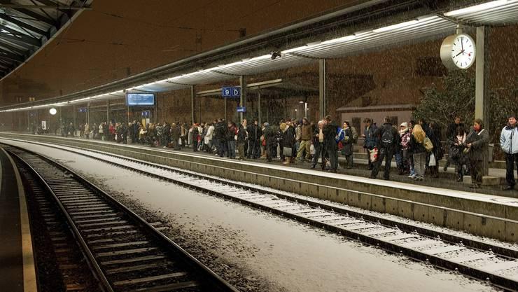 Wartende Passagiere im Bahnhof Lausanne: Neue Züge bekommen die SBB-Kunden auch später als erhofft. Jean-Christophe Bott/Keystone