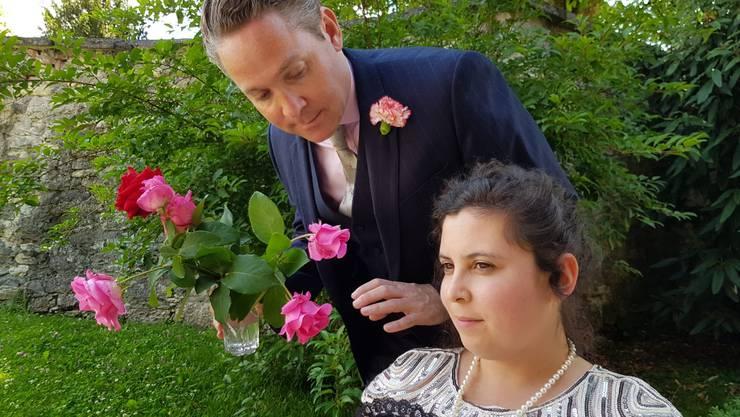 Sags mit Blumen: Dandy Robert Darlington (Gregor Wild) bezirzt Lady Windermere (Samira Oulouda).