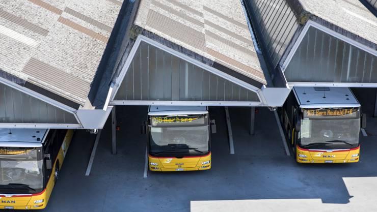 Postautos am Hauptbahnhof in Bern. (Archivbild)