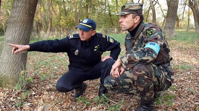 Ein Frontex-Offizier (r.) bei einem Einsatz in Rumänien (Symbolbild)