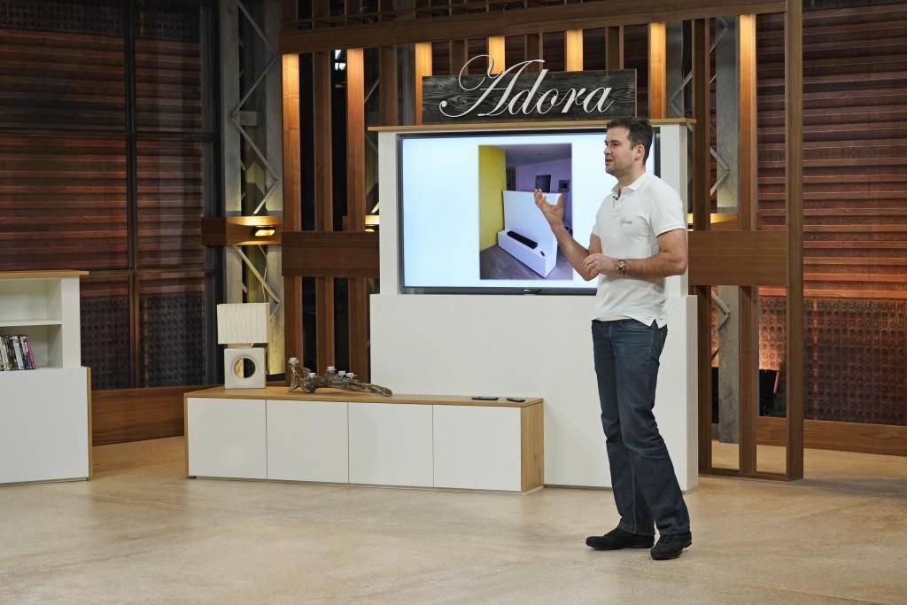 Adora Design fertigt motorisierte Möbel, welche die Bar, den Fernseher oder das Sideboard per Knopfdruck verschwinden lassen. (© zvg)
