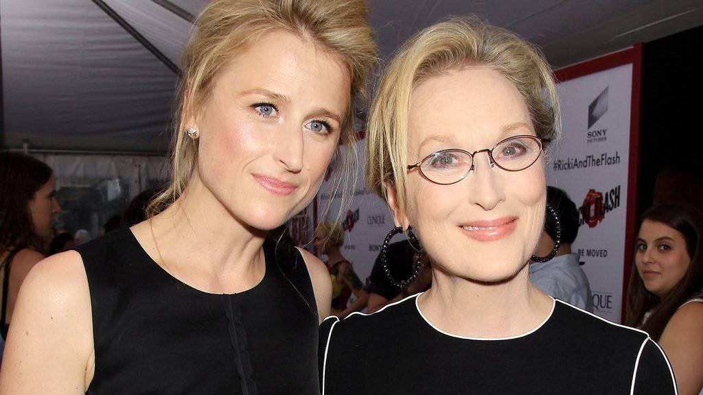 Mamie Gummer hat keine Lust mehr, einen Hehl aus ihrer Herkunft zu machen: Die Schauspielerin hat mit ihrer berühmten Mutter Meryl Streep (rechts) einen Film gedreht (Archiv)