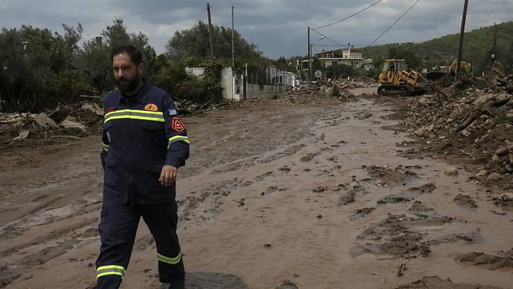 Ein Mitarbeiter des Katastrophenschutzes auf der griechischen Insel Euböa. Foto: Yorgos Karahalis/AP/dpa