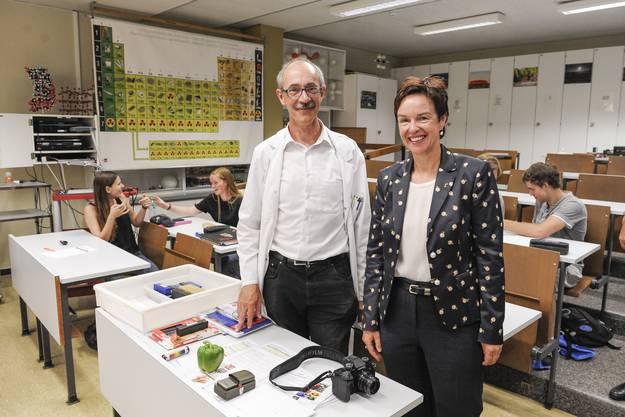 Hier Regierungsrätin Monica Gschwind mit Chemielehrer Thomas Abel.