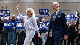 Das bestens gelaunte Ehepaar Joe und Jill Biden in Philadelphia.