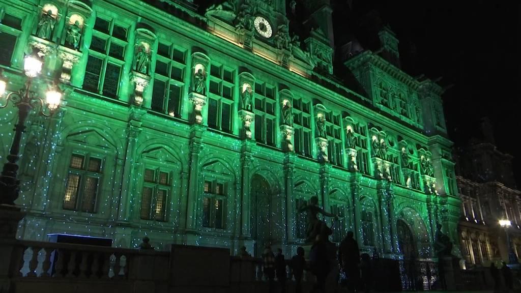 Pariser Rathaus in grünem Licht