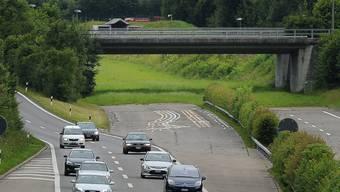 Geht es hier doch bald einmal weiter? Das Ende der Oberlandautobahn A53 im Kreisel Betzholz bei Hinwil, aufgenommen am Dienstag, 26. Juni 2012.  (KEYSTONE/Steffen Schmidt)