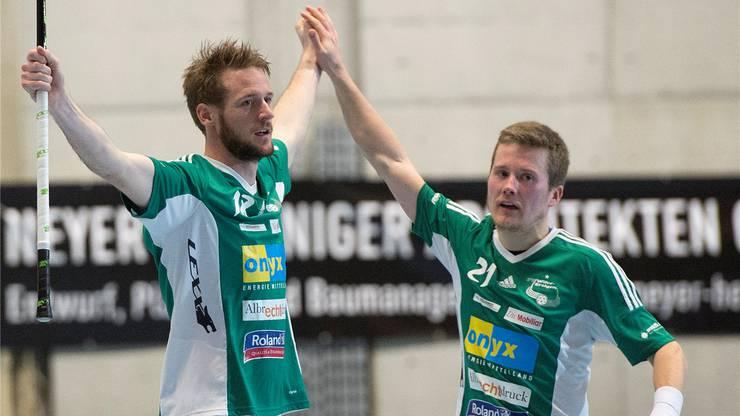 Dominanter Auftritt: Wiler mit Adrian Zimmermann (l.) und Tatu Väänänen.