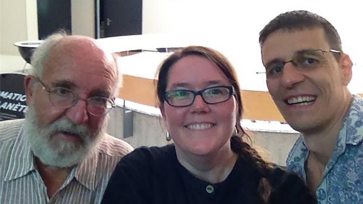 Die Planeten-Entdecker Mayor und Queloz posieren 2015 im Naturhistorischen Museum in Genf für ein Selfie mit der Physik-Journalistin Hanna Wick.