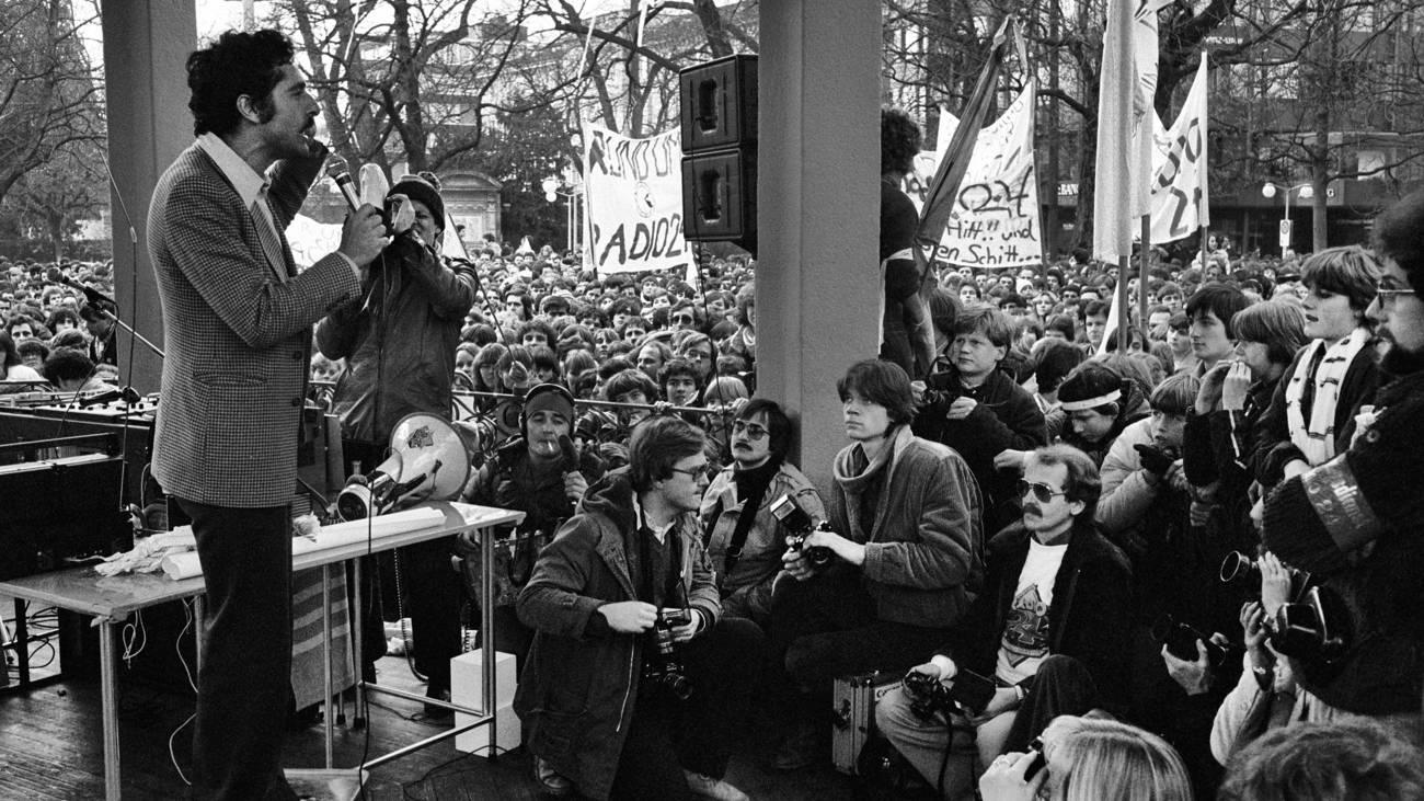 Roger Schawinski spricht zu der Menge am Bürkliplatz, 26. Januar 1980 (© Keystone)