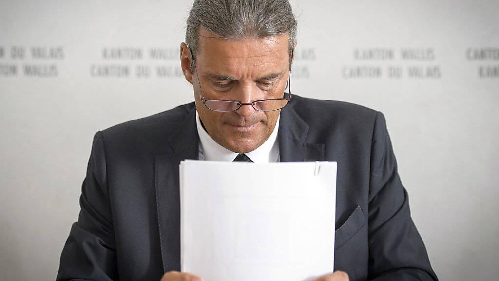 Der Walliser SVP-Staatsrat Oskar Freysinger kritisiert die Partei von Frankreichs Staatspräsident François Hollande und wirft ihr Einmischung in den eidgenössischen Abstimmungskampf vor. (Archiv)