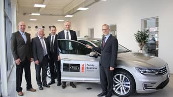 Die FRAISA SA, vertreten durch Peter Roth (links), Projektleiter Produktentwicklung, und die Mitglieder der Geschäftsleitung, Hanspeter Kocher (2.v.l.), Stefan Gutmann (Mitte) und Thomas Nägelin (2.v.r.), nimmt von Andreas Iseli, Geschäftsführer der AMAG Solothurn, den VW Passat Variant GTE in Empfang.