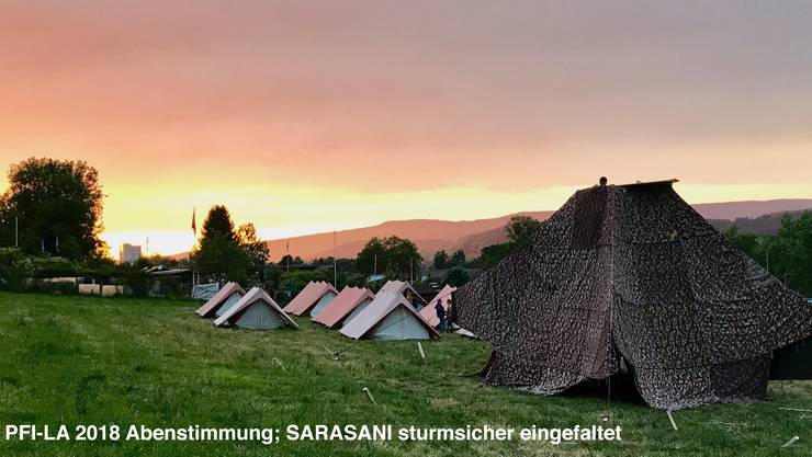 Pfadi Lager der Pfadi Limmattal, die Seiten vom SARASANI (Blachenzelt) sind eingefaltet, und gegen Sturm gesichert