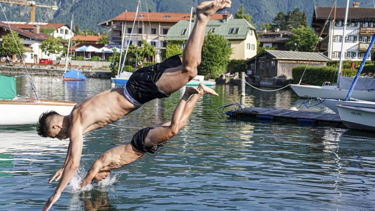 Edon Zhegrova und Albian Ajeti kühlen sich im See ab.