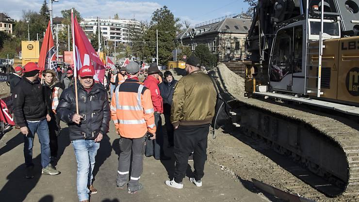 Auf der Grossbaustelle am Berner Bahnhof haben hunderte Bauarbeiter am Donnerstagmorgen gegen mögliche Verschlechterungen im Gesamtarbeitsvertrag protestiert.