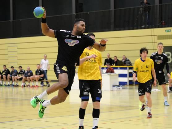 Basels Henry Martinez mit einem kraftvollem Sprungwurf.