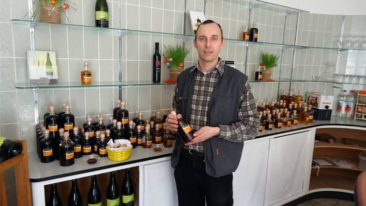 Pascal Furer präsentiert im neuen Ladenlokal den neuen Aceto Quittico, einen süssen Quittenessig. tf