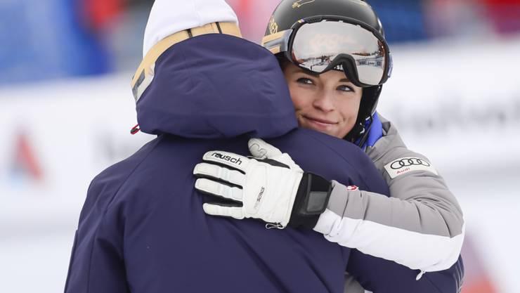 Lara Gut umarmt im März 2016 in Lenzerheide im Zielraum ihren Vater und Trainer Pauli Gut