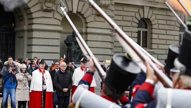 Die frisch gewählte Nationalratspräsidentin Isabelle Moret wurde am Mittwoch auf dem Bundesplatz von Waadtländer Milizoffizieren in Empfang genommen, die zu Ehren der neuen höchsten Schweizerin Böllerschüsse abfeuerten.