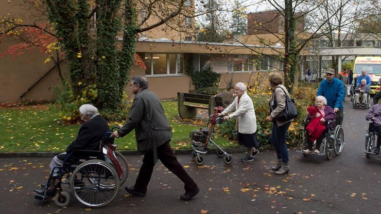 Grosse Züglete:  70 Bewohnerinnen und Bewohner des Alterszemtrums Obere Mühle in Lenzburg verlassen ihre Zimmer und zügeln ins Provisorium.