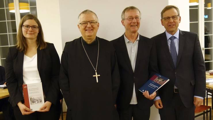 Autorin Annina Sandmeier-Walt, Abt Beda Szukis, Autor Urs Amacher und Markus Ries von der Universität Luzern (von links) freuen sich an der Vernissage über die neuen Publikationen.