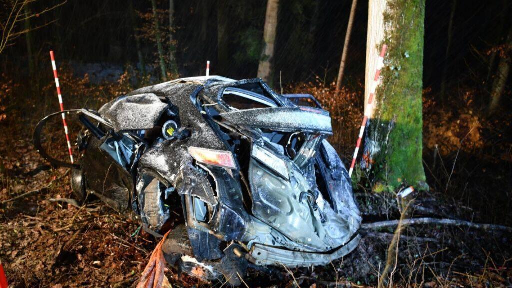 Das Auto wurde bei dem Unfall total zerstört.