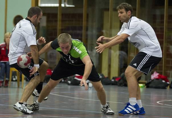 Herzogenbuchsee-Spieler Jons Frey (Mitte) versucht sich gleich gegen zwei Konkurrenten durchzusetzen.