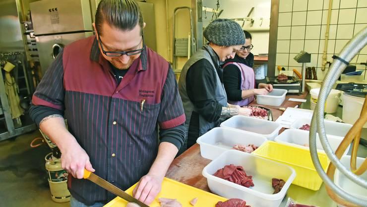 Akkordarbeit in der Fondue-Chinoise-Manufaktur: Mike Hagmann schneidet das Fleisch, Vero Suter (Mitte) und Alexandra Zubler wägen und belegen.