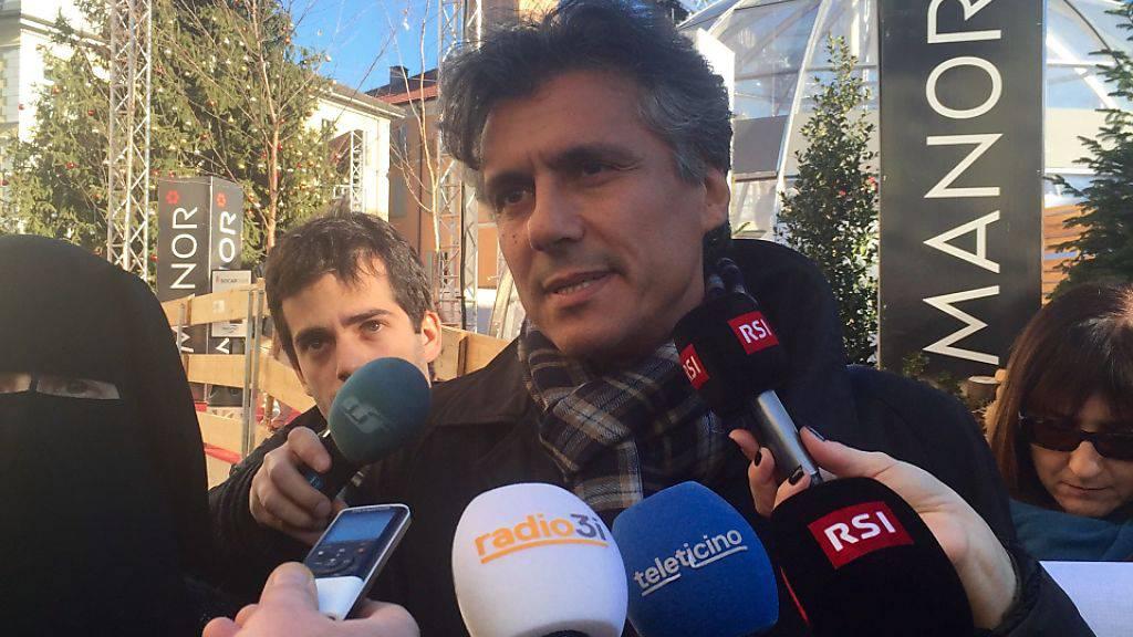 Will alle künftigen Burka-Bussen im Tessin bezahlen: Der algerische Unternehmer Rachid Nekkaz vor den Medien in Locarno