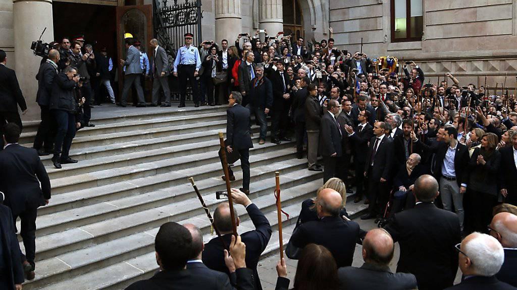 Der Präsident der spanischen Region Katalonien, Artur Mas (in der Mitte auf der Treppe) erscheint vor dem Obersten Gericht Kataloniens. Er wurde von zahlreichen politischen Mitstreitern und Unterstützern begleitet.
