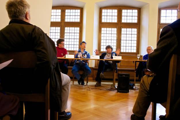 Im voll besetzten Rathaussaal findet das Podium zum Thema Latein und Informatik und die moderne Welt statt